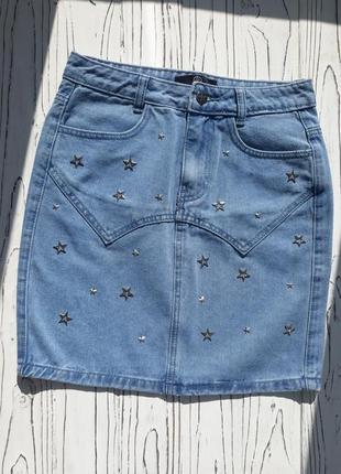 Джинсовая юбка с высокой талией и металлическими звёздочками
