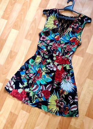 Яскрава шифонова сукня на запах