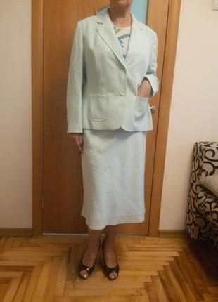 Красивый нежный костюм с карманами. размер 16.