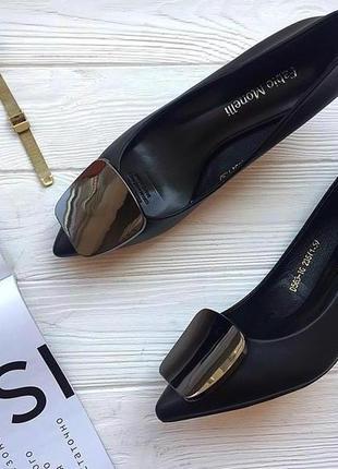 Чёрные туфли лодочки с острым носком. лодочки низкий каблук