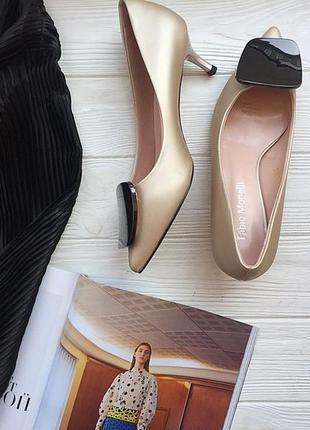 Золотистые туфли лодочки с острым носком. лодочки низкий каблук
