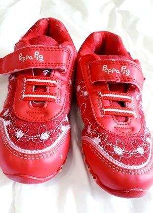 Красные кроссовки next