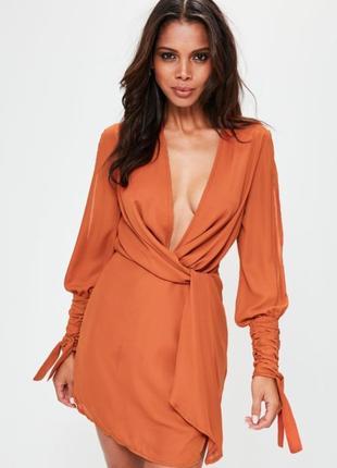 Платье с глубоким декольте цвета загара