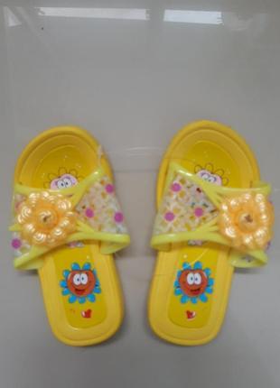 Отличные желтые детские шлёпанцы