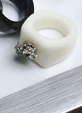 Невероятное кольцо из ювелирной смолы и пирита2 фото