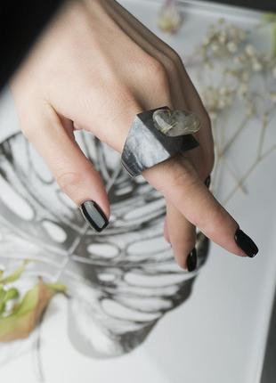 Красивое кольцо ручной работы из ювелирной смолы и кварца