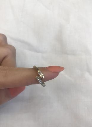 Золотое кольцо с цирконами.