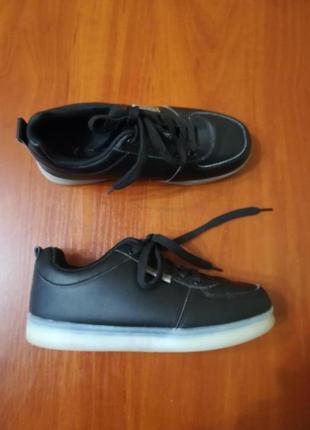 Продам черные кроссовки, можно как ночник:}