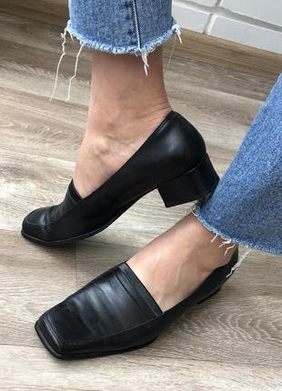 Удобные кожаные чёрные туфли лоферы на низком каблуке ecco 39