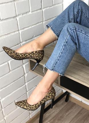 Леопардовые туфли лодочки с острым носком на среднем каблуке 39