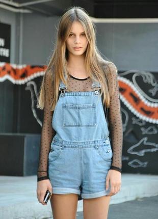 Актуальный джинсовый комбинезон шорты