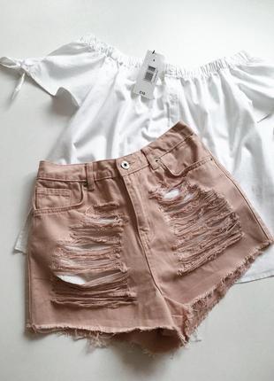 Рваные пудровые джинсовые шорты