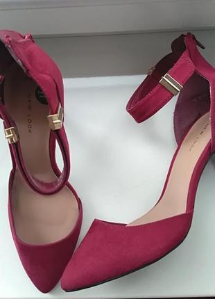 Красивые туфли малинового цвета