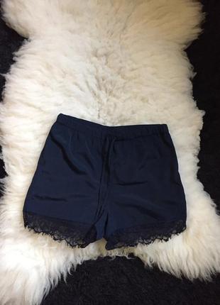 Атласные шорты с оделкой из кружева на резинке