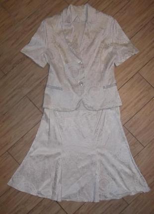 Нарядный кремовый костюм с блестящим узором на любой праздник))