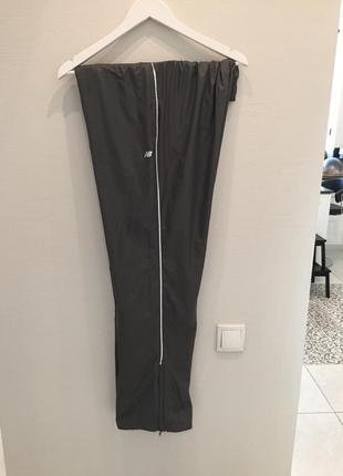 Спортивные брюки серого цвета бренда new balance