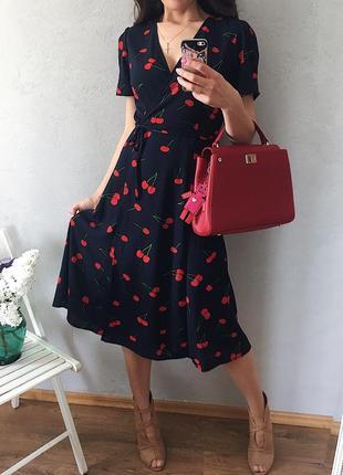 Классное миди платье на запах в принт вишни