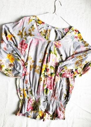 Свободная серая блузка в цветочный рисунок