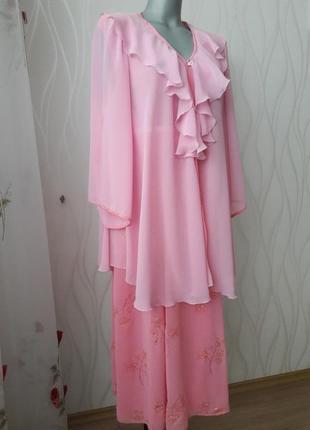 Супер нарядный, изумительно красивый, с набивными цветами шифоновый костюм.