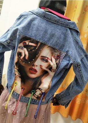 Женская короткая джинсовая куртка с рисунком на спине nicenice