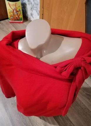 Яркий, стильный красный свитер декольте.