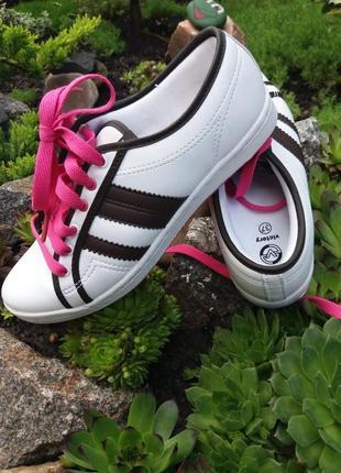 Яркие стильные кроссовки от victory