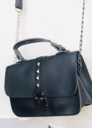 Женская чёрная сумочка с шипами