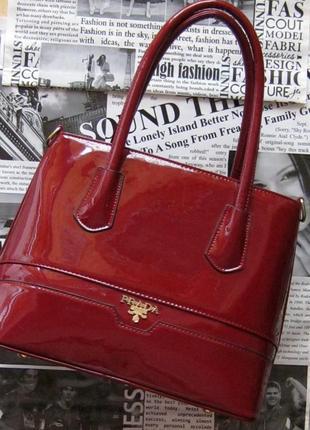 Неизменная простота, гармония, женственность и внимание к деталям - лаковая сумочка