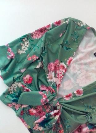 Укороченный зеленый кроп топ в принт цветы спереди узел рукава воланы new look2 фото