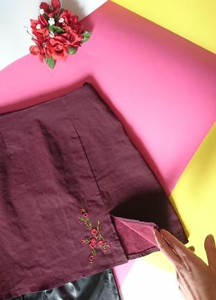 """Трендова віскозна спідничка """"марсала"""" з вишивкою, розрізом на талію, на р. xs/s2 фото"""