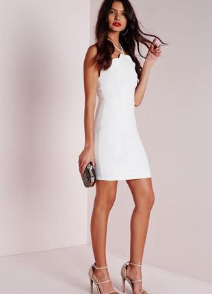 Стильное белое платье с фигурной отделкой missguided ms7663 фото