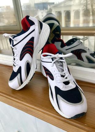 Сильный кроссовки. кроссы. кеды. мокасины. сникерсы. спортивные туфли.