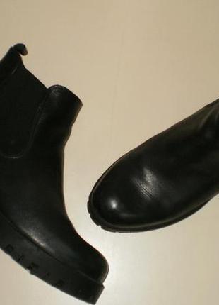 Кожаные ботинки челси на тракторной подошве tamaris