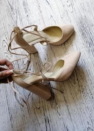 Туфли на блочном каблуке с завязками асос asos truffle collection2 фото