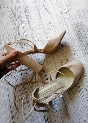 Туфли на блочном каблуке с завязками асос asos truffle collection4 фото