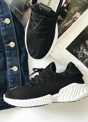 Женские стильные чёрные кроссовки с белой подошвой