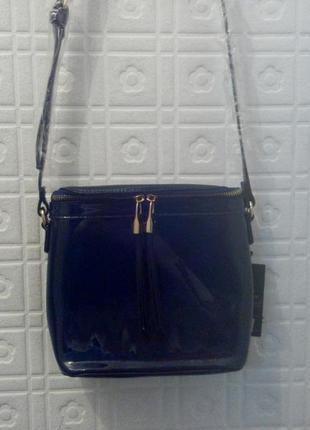 Новая синяя лаковая сумочка