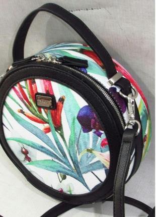 Сумка круглая кожаная вместительная с длинным ремешком с цветочным узором разноцветная