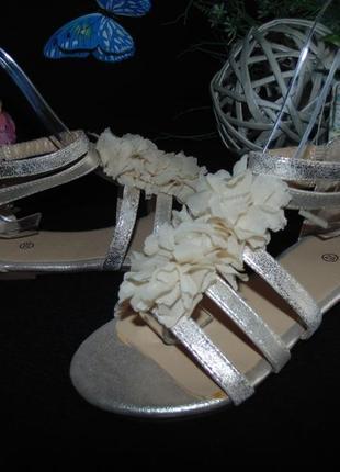 Нарядные золотистые босоножки .мега выбор обуви и одежды!