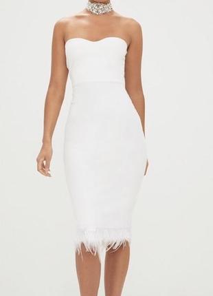 Белое силуэтное платье с перьями prettylittlething, новое!