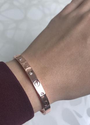 Женский металлический плоский браслет с камнями розовое золото2 фото