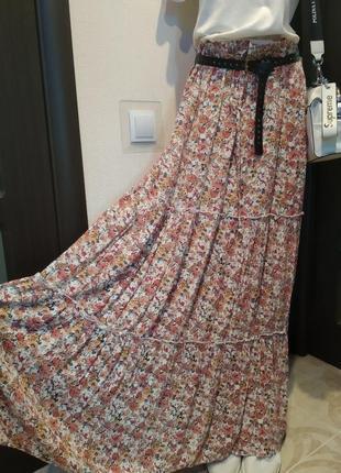 Модная стильная тонкая юбка макси рюшами в мелкий цветочек
