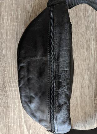 Большая бананка из натуральной кожи, стильная сумка на пояс черная матовая кожа5 фото