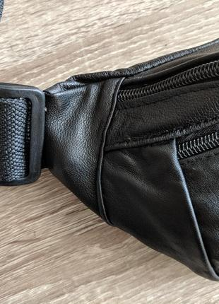 Большая бананка из натуральной кожи, стильная сумка на пояс черная матовая кожа6 фото