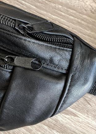 Большая бананка из натуральной кожи, стильная сумка на пояс черная матовая кожа7 фото