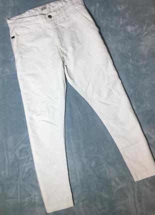 Белые укороченные джинсы от levis