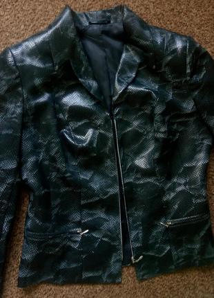 Пиджак со змеиным принтом на молнии