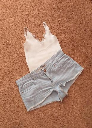 Актуальные джинсовые шорты с бахромой