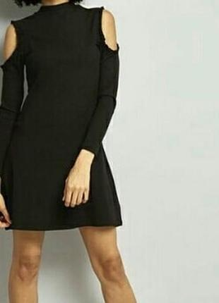 Черное платье в рубчик,с вырезами на плечах.