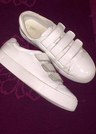 Белые кроссовки на липучках из лакированной натуральной кожи